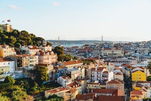 Lizbon tepelerinde ve vadilerinde kırmızı çatılı Portekiz tarzı binalar