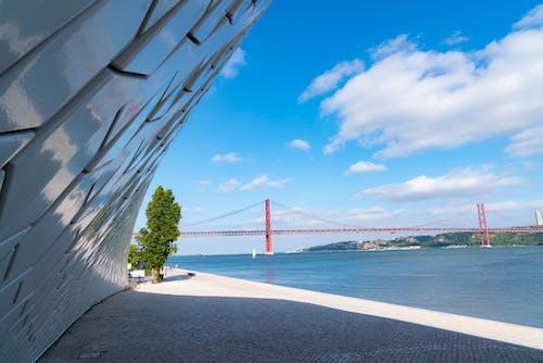 MAAT'taki bir duvarın ve Lizbon'daki kırmızı çelik köprünün yakın çekimi