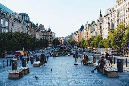 Beyaz taş binalar ve turistler için banklar ile kaplı Prag şehir merkezinde Plaza