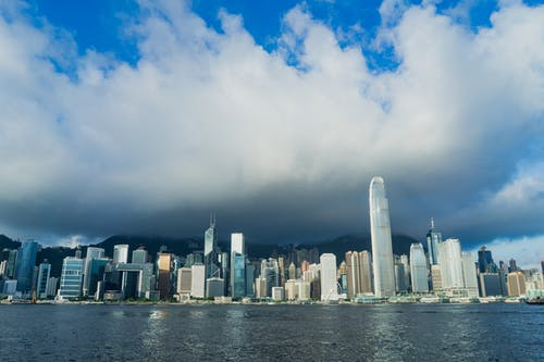 Şafakta Tsim Tsa Tsui'den görülen Hong Kong gökdelenleri ve manzarası