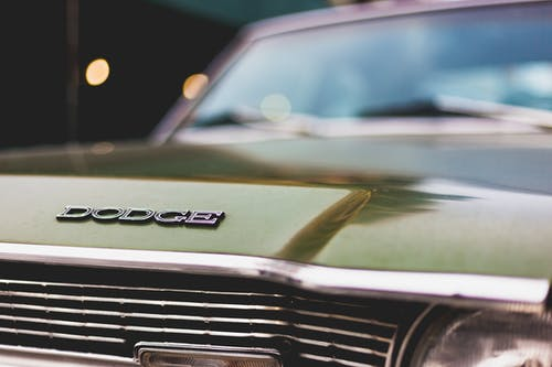 1960'larda eski bir yeşil arabada DODGE amblemi