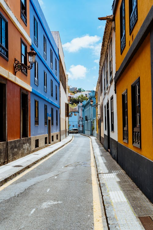 La Laguna San Cristobal Kanarya Adaları'nda tek şeritli sessiz bir sokakta renkli kırmızı, mavi, beyaz ve turuncu binalar