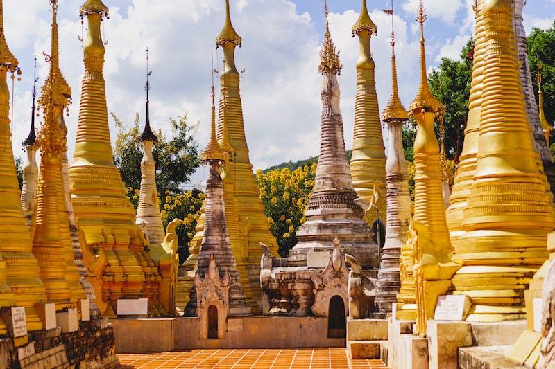 Inle Gölü'ndeki Indein Myanmar'ın Budist tapınağında uzun altın ve beyaz taş pagodalar