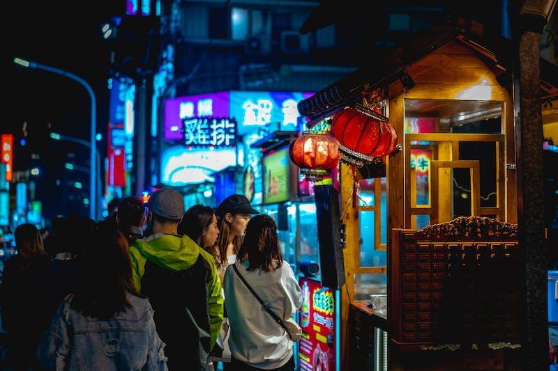 Tayvanlı yerliler, Taipei Tayvan'daki Raohe gece pazarını ve sokak satıcısı tezgahlarını ziyaret ediyor