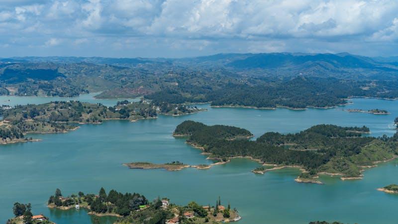Guatape Kolombiya'daki Piedra del Penol'den Guatape adaları ve göllerinin görünümü