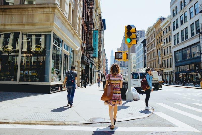 Soho'da Broadway'de ve Soho New York'ta Grand St'de yürüyen kız