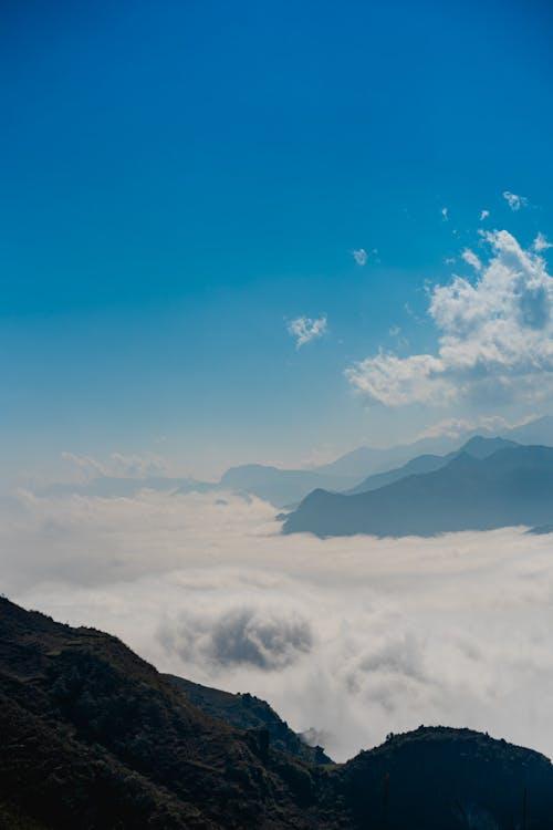 Asya'da yürüyüş sırasında dağ zirveleri bulutların üzerine çıkıyor