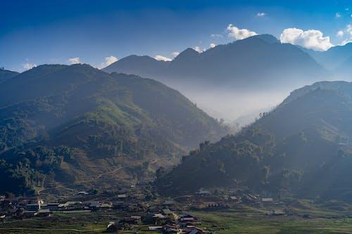 Sapa Vietnam bulutlarının dağ manzarası tepeleri yuvarlanıyor