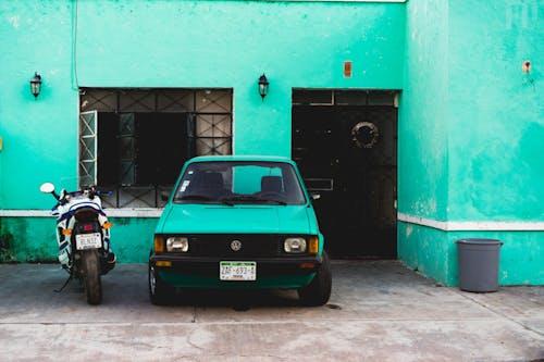 Valladolid Meksika Yucatan yarımadasında deniz mavisi duvarlı vintage turkuaz eski araba ve eski motosiklet