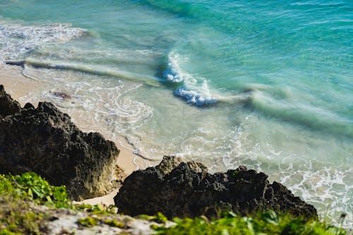 Orta Amerika'da mavi kristal berraklığında sular okyanus dalgaları ada yaşam cenneti