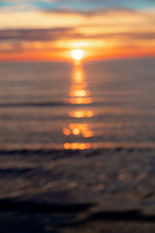 Odak bokeh dışında altın saatte batıya gün batımı