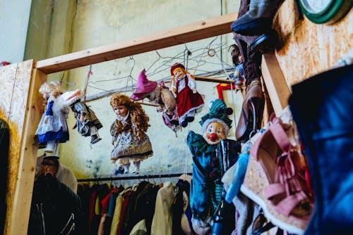 Bir bit pazarında eski palyaço bebekleriyle asılı Doğu Avrupa bebekleri