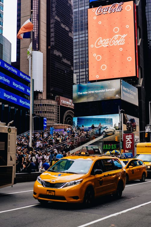 Times Square NYC'nin işlek caddesinden geçen sarı taksi minibüs