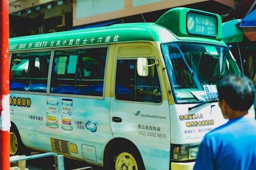 Bir sokakta Çince yazı ile retro tarzı Hong Kong minibüs