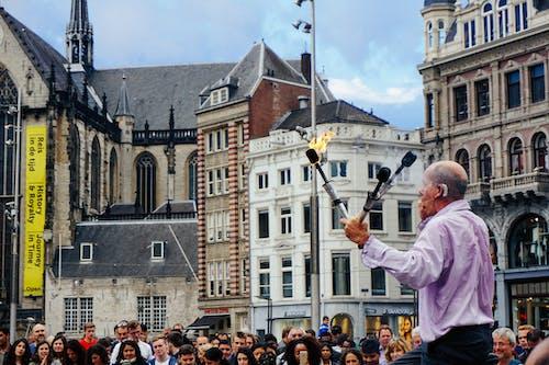 Avrupa'da büyük bir kalabalığa ateşle konuşan sokak sanatçısı