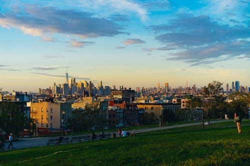 Gün batımında Brooklyn'deki Sunset Park'tan görülen Özgürlük Kulesi ve Manhattan Skyline'ın görünümü