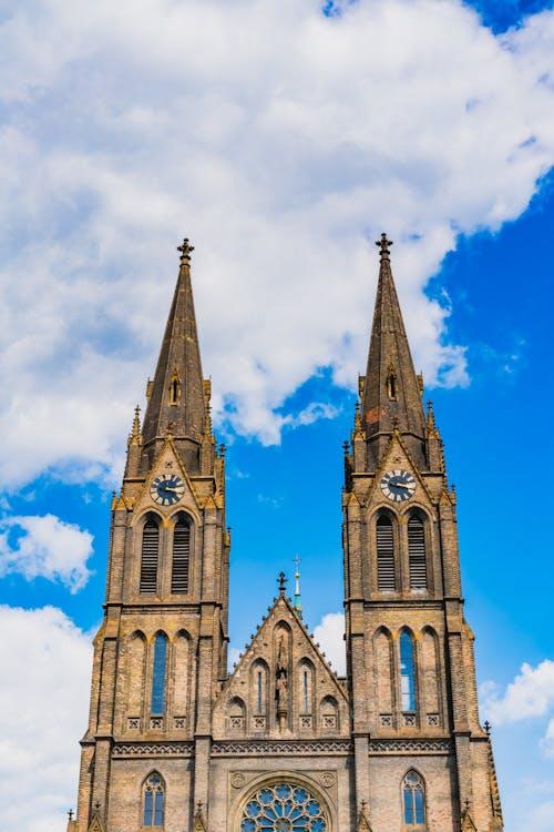 Vinohrady Prag'da iki uzun sivri kuleli Çek tarzı katedral