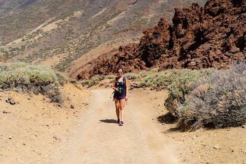 Kız Tenerife'de yürüyüşe çıktı