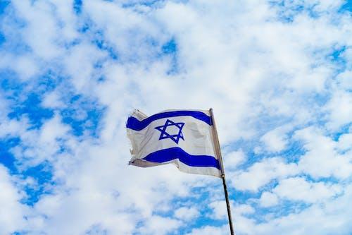 İsrail bayrağı mavi gökyüzünde