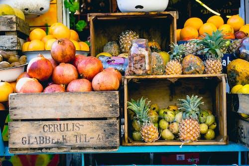 Tel Aviv'de bir pazarda satılık meyve