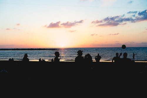 Tel Aviv sahilinde takılan insanlar