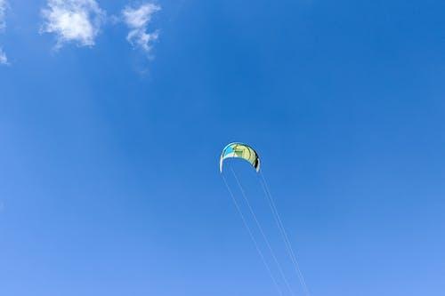 Gökyüzünde yüksek uçurtma sörfü uçurtma