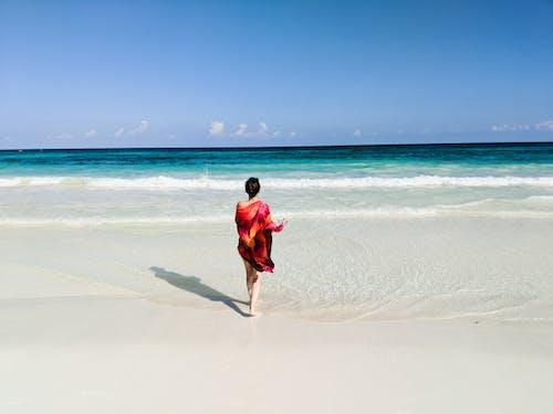 Tulum, Meksika'da sahilde kız